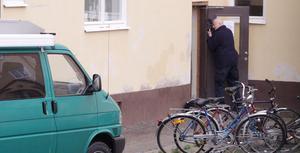 Polisens tekniker undersökte på måndagen huset där en kvinna och ett barn hittats döda.