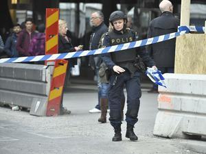 En lastbil har kört in i människor på Drottninggatan i centrala Stockholm.