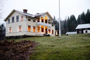 Åsas hus ligger på en höjd i Målsta, mellan Klingsta och Matfors.