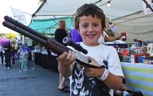 Kevin Jansson, 7 år, hade geväret med sig till tivolit. Radiobilarna är annars det han tycker är bäst med strömmingsleken.