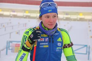 Hanna Öberg kör andrasträckan i mixstafetten i söndagens världscuppremiär i Östersund.