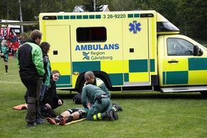 16-årige backen Rickard Eriksson i Torsåker fick föras med ambulans med befarad nackskada i derbyt mot Gestrike/Hammarby.