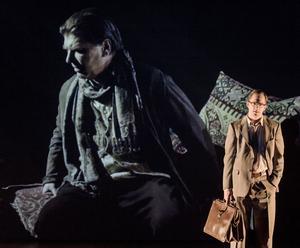 """Svåra frågor ställs på sin spets i Björn Runges nya pjäs """"Europas kniv"""". I centrum står mötet mellan den kontroversielle franske författaren Louis-Ferdinand Céline, hans hustru Lucette och den judiske professorn Milton Hindus."""