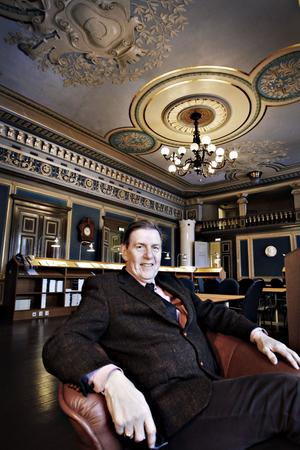 Det var här i stora sessionssalen i Rådhuset i Gävle som Gävleborgs läns landsting föddes 1863. Björn Brink, landstingsfullmäktiges nuvarande ordförande, känner historiens vingslag.