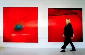 """I de två stora målningarna har Håkan Bring Huczkowski tagit sig extremt nära den röda vallmoblomman. Resultatet blir två stora levande målningar döpta till """"Passage"""" och """"Kant"""" som övertygar. Foto: henrik flygare"""