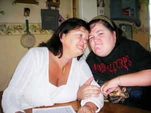 Mamma Yvonne Olofsson och dottern Cecilia är väldigt tighta och de förstår varandra totalt trots att Cecilia inte kan prata efter den svåra olyckan hon var med om för 23 år sedan.