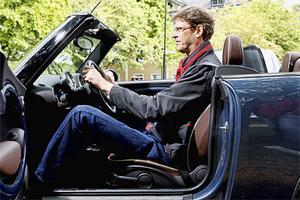 Göran Eriksson sitter bra i i Mini Cabriolet, men fartvinden rufsar håret.