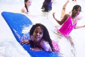 Shukri och Sada Grade älskar att bada och är som fiskar i vattnet.