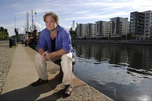 Magnus William-Olsson hoppas att fler ska få en ingång till poesin via hans nya poddpoesi-projekt. Där kan intresserade ladda ned uppläsningar av dikter gratis. Foto: Anders Wiklund/Scanpi
