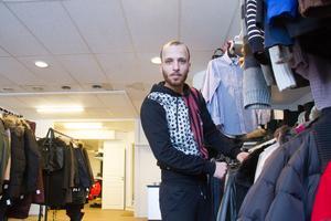 Mohammad Alkhalaf har sålt kläder i egen butik i Syrien. Nu öppnar han en secondhandaffär i Avesta.
