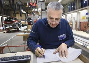 Bruno Wanderö skriver besiktningsprotokoll för hand. Så går det till på Bilprovningen just nu.