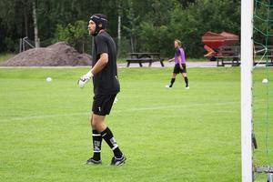 Emil Hedvall tränade, precis som under hela veckan, med ett specialskydd på Testebovallen på söndagseftermiddagen. Han tar inga risker efter hjärnskakningen han fick för knappt två veckor sedan, och spelar med skyddet nere i Halmstad också.