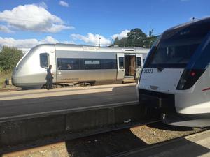 Ett SJ3000-tåg gör uppehåll i Sala på sin väg mot Dalarna sommaren 2016. Några veckor till kallas SJ3000 snabbtåg och prissätts som sådana, men snart prissätts de på samma sätt som de lokdragna tågen. I förgrunden ett Reginatåg mot Västerås - SJ3000 är en utvecklad variant av Reginatågen.