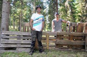 Aydin Haressi, 28, och hans bror Arian Haressi, 20, jobbar varje dag för att få klar Åres första paintballpark, som ligger i Nylandsböle, på södra sidan Indalsälven en bit nedanför Ristafallet. Målet är att öppna i slutet av september.