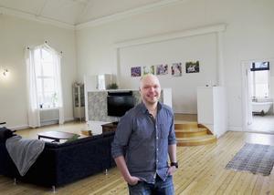 Fredrik Nylén i det väldiga vardagsrummet som en gång var kyrksalen.