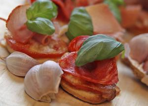 Minipizzor med italienska charkuterier, riktig mozzarella och tomatröra med vitlök är farligt goda.