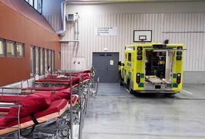 Bristen på vårdplatser vid Sundsvalls sjukhus gör att ambulanser vid flera tillfällen har dirigerats om till sjukhusen i Örnsköldsvik och Sollefteå.