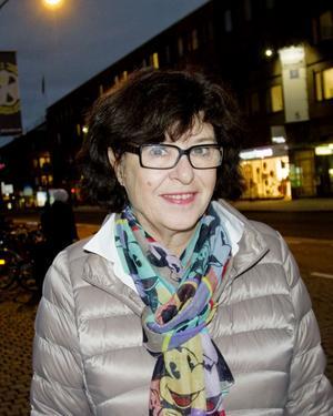 Eva Blomgren, 65 år, pensionär, Gävle:– Jag vill ha ett levande centrum, jag handlar mycket hellre här än i Valbo Köpcentrum. Trots att jag bor centralt har jag inte märkt av trafikavstängningen speciellt mycket, men jag har heller inte riktigt förstått varför butikerna i stadskärnan missgynnas. Det är en svår fråga, jag är glad att jag slipper bestämma.