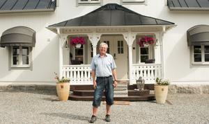 Örjan Kättström med hustrun Maria, dottern Julia och hunden Ronja flyttade för ett år sedan till huset i Myrby.