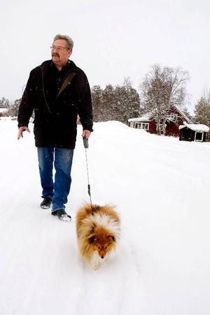 """""""Hunden Pelle har varit den bästa hjärtmedicinen för mig"""", konstaterar Alf Lundin. Men precis efter operationen fick Alf inte lyfta och för att promenaderna skulle bli genomförbara byggde svärfar en """"handikappramp"""" för att Pelle skulle ta sig ner för farstutrappan. Foto: Sandra Högman"""