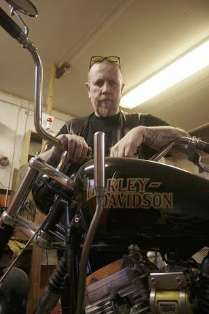 Christer Silversved har handväxel med fotkoppling på sin motorcykel.