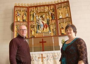 Leif Sund och Åsa Hampgård konstaterar att församlingsborna vill ha kvar altarskåpet på dess nuvarande plats.