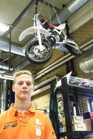 Nisse Kjellström är rejält framåt på motocrossbanan – och även i sitt företagande. Vid 16 års ålder har han ett eget företag.