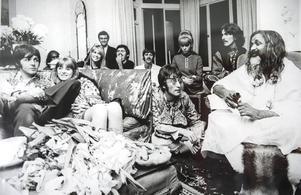 Foto av The Beatles från 1966 när de mötte Maharishi Mahesh Yogi i London.