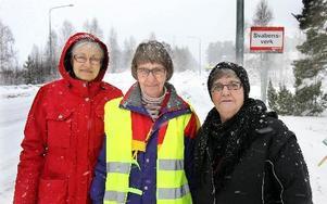 – Vi har en jättefin busshållplats mitt i byn men saknar bussen, säger Marga Boustedt, Göta Larsson ochInga-Lisa Hansson. Foto Curt Kvicker
