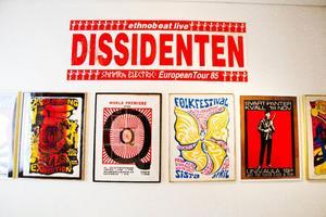Merparten av affischerna på Galleri S utställning är skapade av Adriaan Honcoop men här finns också konstnärer som Kjartan Slettemark, Jeff Picard och Carl Johan de Geer.