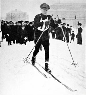 Jämten Haldo Hansson poserar för fotografen efter loppet. Nordisk mästare på 90 km, därmed också i praktiken världsmästare.