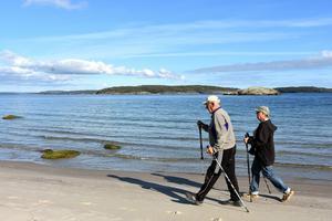 Erik och Ingrid har alltid stavar när de är ute och promenerar runt ön.
