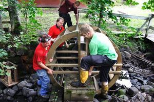Vattenhjulet i den lilla forsen monterades i måndags och skall snurra under Gropafesten på fredag och lördag.