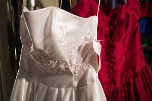 Den senast införskaffade klänningen är svagt rosa med broderier på livet.