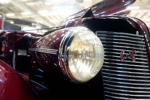 Lykta, grill och öppnad motorhuv på en Buick från 1937.