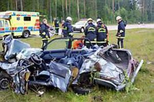Foto: OLLE HILDINGSONBara mos. Gävlebilen slogs sönder och samman när den hamnade på hjulen i mittremsan av motorvägen efter att ha gjort åtminstone två luftfärder och dessutom voltat.