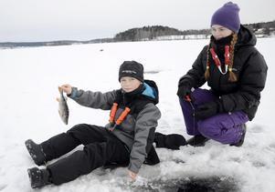 Största fisken i dag. Elias Karlsson är nöjd med resultatet. Här tillsammans med sin syster Jennie Karlsson