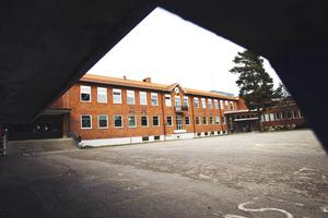 Två linjer föreslås att läggas ner på Slottegymnasiet för att spara pengar.