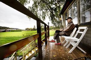 Från verandan utanför kojan har Björn Colliander vidunderlig utsikt över nejden.