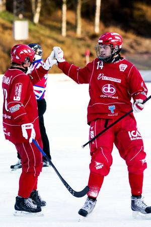 Jonas Brundin, till höger, firar sitt 5–0-mål.