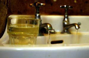Dricksvattnet i kyrkan är brunt på grund av höga järn- och manganhalter. Och det hjälper inte att spola länge och därför klassas vattnet just nu som otjänligt.