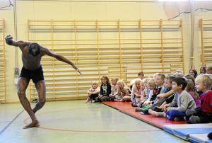 Kontroll på musklerna. Med total kroppskontroll dansade Robert Ngoroma för eleverna i Hammars skola.Foto: Katarina Hanslep