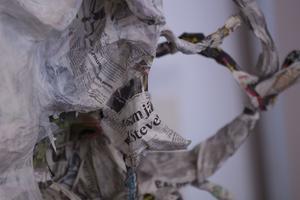 Till reporterns glädje visade sig materialet bakom konstverken i papier-maché vara  gamla Tidningen Ljusnan.