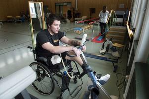 Två gånger i veckan tränar William på sjukgymnastiken, Sundsvalls sjukhus.