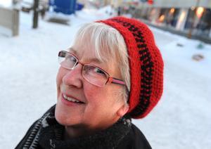 Berit Johansson från Bollnäs egentligen inte använda mössa. Den kommer bara fram när det blir riktigt kallt och hon ska ta en längre promenad. - Det är andra gången i år som den används. Jag är varm av mig och jag känner mig inte fin i mössa.