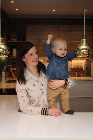Frank, 9 månader, i köket som blivit mamma Jennys och pappa Kristoffers favoritrum.