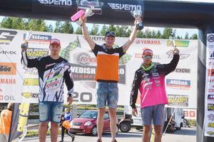 Pallen i SM 2 såg lika ut båda dagarna. Joakim Ljunggren i mitten har sällskap av Pontus Högberg samt Henrik Lindholm.