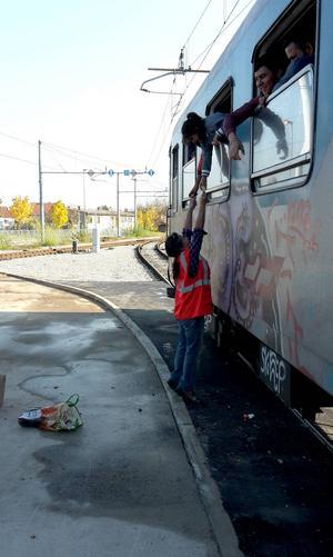 Carla Dahlberg delar ut godis till barn på ett tåg.
