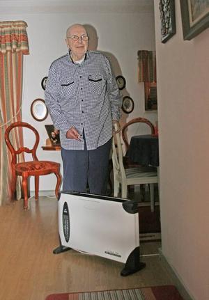 Normalvarmt med fläkt. Thure Olsson är även han hyresgäst på Nya bruket i Sandviken. Men han tröttnade på att frysa och köpte två värmefläktar som får stå på dygnet runt. Då får han en temperatur på 21 grader i lägenheten.