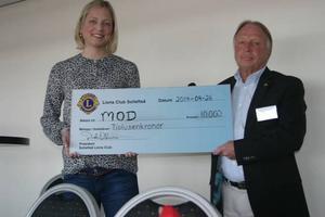 Martha Ehlin mottog en check från Sollefteå Lions Club.